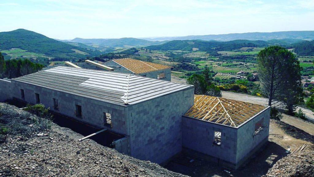 La construction du chai de vinification du domaine de Cambis.