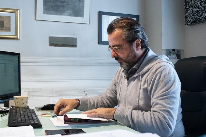 Maître Morain dans son cabinet