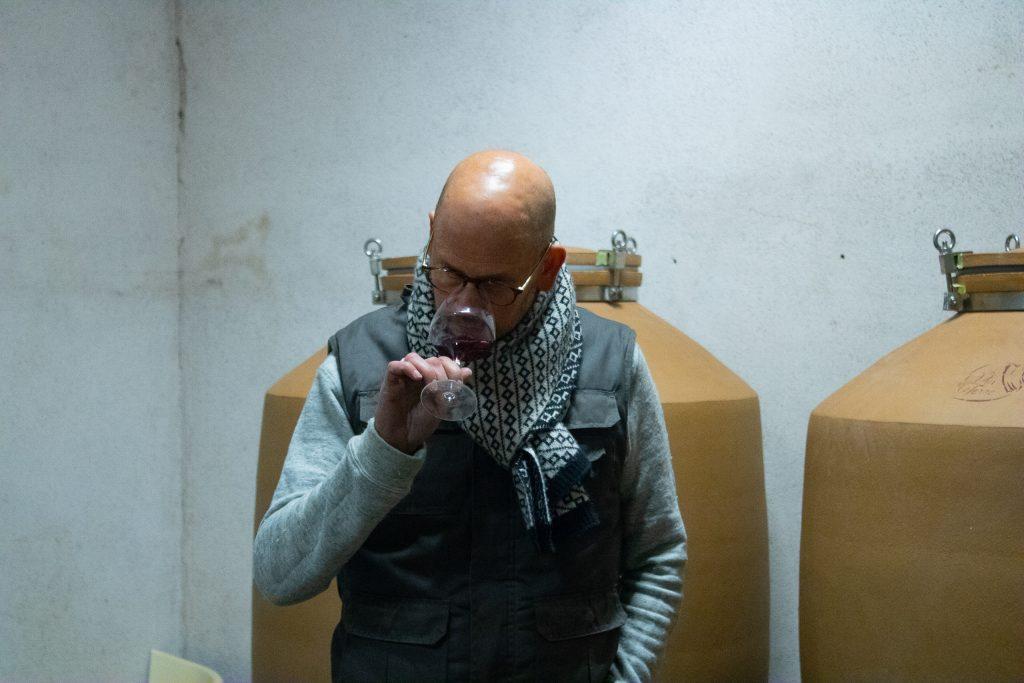 Philippe, dégustant son vin brut de cuve !